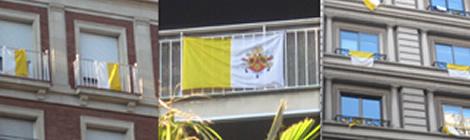 Banderes vaticanes a Barcelona.
