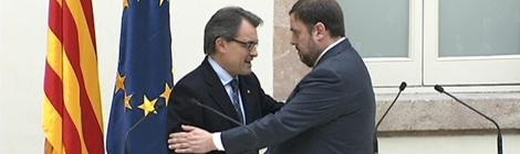 Mas i Junqueras es donen la mà al Parlament en l'acte després de firmar