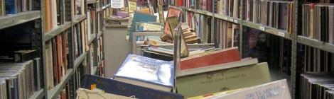 Llibres amuntegats a la llibreria Brattle de Boston. (Foto: Victòria Miró)