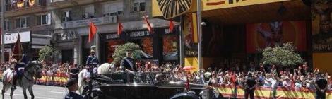 "El rei Felip VI, davant del teatre Lope de Vega de Madrid, on es representa ""El rei Lleó""."
