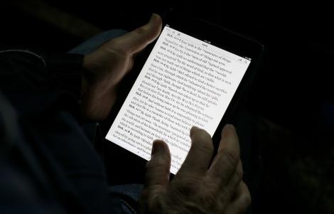 Un lector llegeix en un iPad mini.
