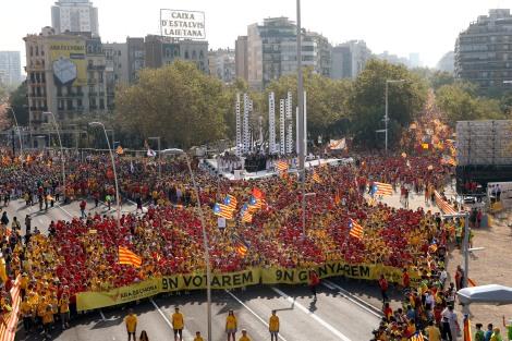 El vèrtex de la V a la plaça de les Glòries, amb les columnes d'urnes. (Foto: Reuters)