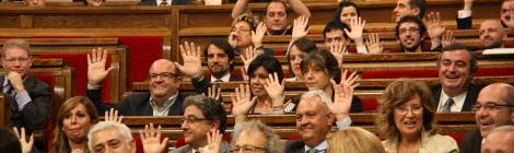 Els populars alcen les mans com a protesta mentre David Fernández fa el símbol feminista. (Foto: ACN)