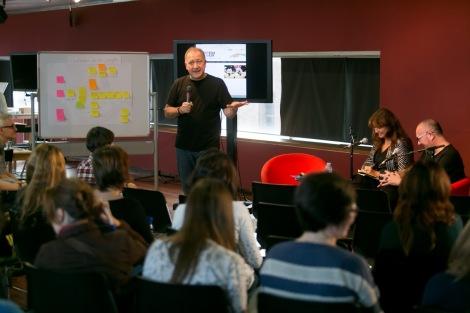 Carlos A. Scolari, Laura Borràs i Montecarlo en el Taller de disseny narratiu transmèdia de Kosmopolis| Foto de Miquel Taverna